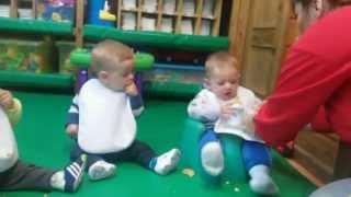 Repeat youtube video Los bebés pecos@s degustan una galleta *Escuela Infantil Pecas