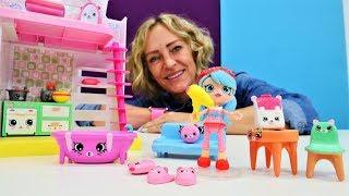 Spielzeugvideo für Kinder. Nicole hilft Jessicake ihre Möbel einzuräumen