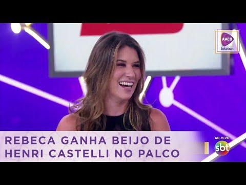 Romance no ar! Henri Castelli dá beijo em Rebeca no palco do Teleton | Teleton 2018