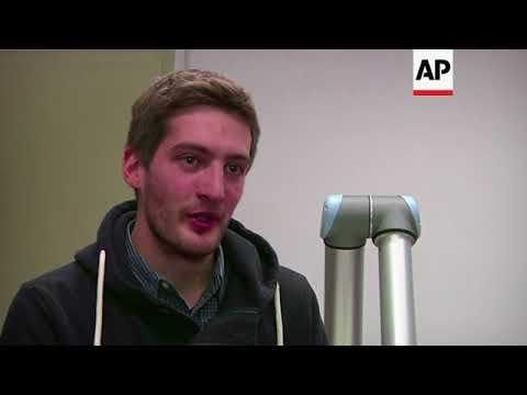 Download Youtube: Robot aprende a pintar en Italia