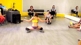 видео Русская девушка танцует Twerking Тряска жопой    Russian Girl twerks her booty(Красота!, 2014-11-15T10:28:50.000Z)