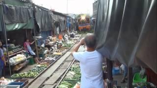 รถไฟชนมะเขือปลิว ณ ตลาดร่มหุบ