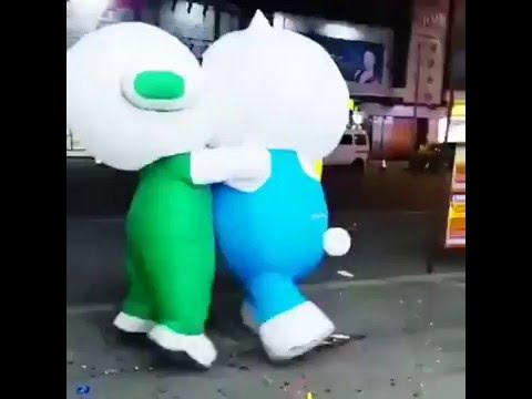 Clip vui: 2 linh vật của OPPO và VIVO đấu tay đôi tại Trung Quốc