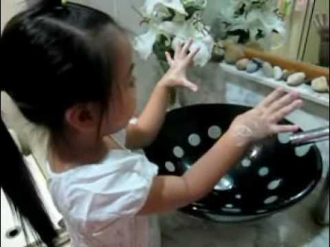 Hướng dẫn bé rửa tay đúng cách