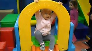 Алиса играет в Парке развлечений для детей Планета Смайлс