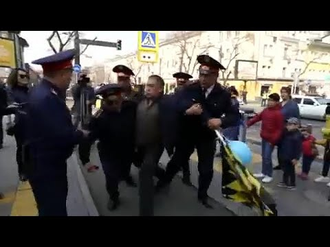 شاهد: حملة اعتقالات في كازاخستان تستهدف صفوف المتظاهرين…