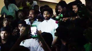 Pawan Kalyan Fans Surrounded Allu Arjun & Gave A Flower - Gulte.com