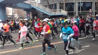 2014東京マラソン。 佐藤かよ と 山岸舞彩 が6分あたりに写っています。