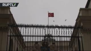 Демонстранты подняли турецкий флаг над консульством Нидерландов в Стамбуле