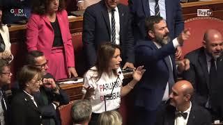 Conte bis, Borgonzoni (Lega) con la maglia 'parlateci di Bibbiano'. Aula sospesa