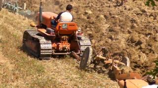 Spettacolare aratura di gruppo con trattori cingolati Fiat thumbnail