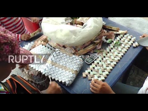 Colombia: Venezuelans make handbags out of worthless banknotes