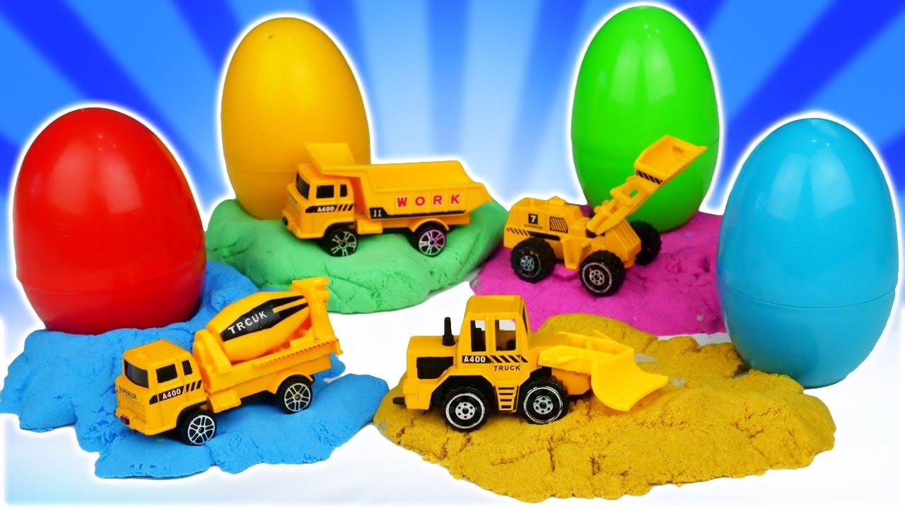 Ovo com surpresa! Meu tanque de areia. Educação infantil com brinquedos e jogos com carrinhos