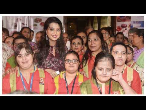 Amruta Fadnavis - Social Activist and Banker receives I Am Woman 2017 Woman of Substance award