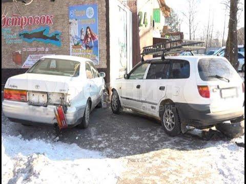 «Краун» хабаровского пенсионера врезался в магазин после ДТП на перекрестке. Mestoprotv