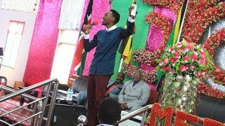 "Goodluck Gozbert akonga mioyo ya wana Mlima wa Moto Mikocheni ""B"" aimba nyimbo tatu mfululizo"