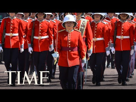 A Female Soldier Led Buckingham Palace's Changing Of The Guard For The First Time | TIME