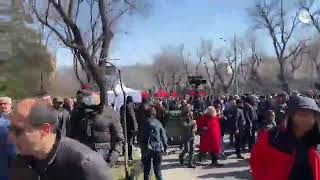 Ереван: колонна оппозиции движется к резиденции президента