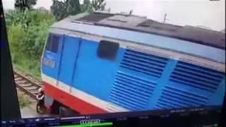 Giây phút định mệnh của người phụ nữ vượt đường sắt bị tàu hỏa đâm tử vong