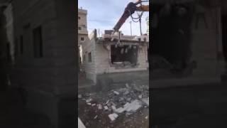 الاحتلال يُجبر فلسطينياً على هدم منزله في بالقدس (فيديو)