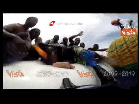 La Guardia Costiera italiana salva 800 migranti su sei gommoni