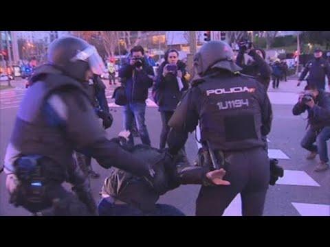 Enfrentamientos entre taxistas y policías al ser desalojados de la Castellana