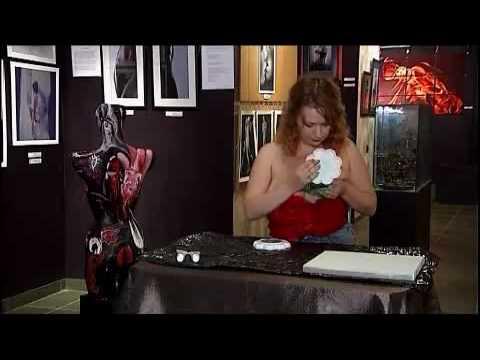 Cô gái dùng ngực... vẽ tranh.flv