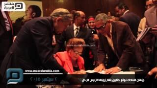 مصر العربية | جيهان السادات توقع كتابين بقلم زوجها الرئيس الراحل