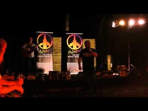 Jock Shaw zingt een lied over Robin Hood tijdens het kampvuur van Maltstock 2013
