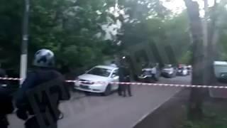 Смотреть видео Первые видеокадры с места захвата семьи в заложники в Москве онлайн