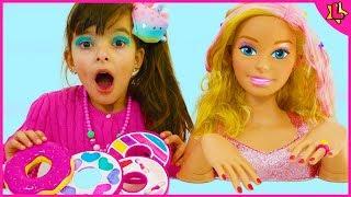 Laurinha aprendendo a usar maquiagem de brinquedo - Laurinha learning to use toy makeup