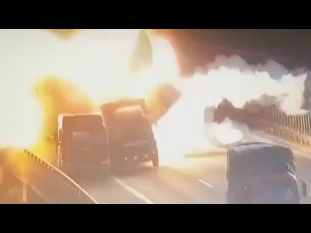 Un aparatoso accidente entre camiones que explosionan es captado por las cámaras
