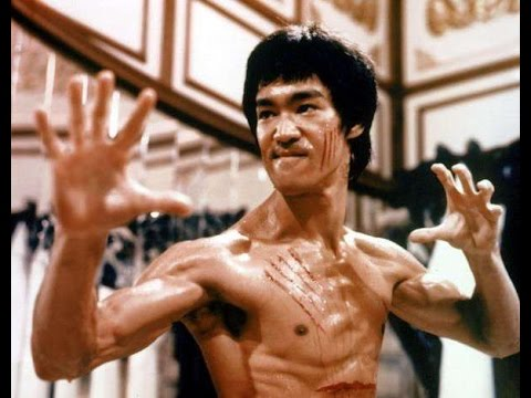 Нунчаки вместо ракетки: Брюс Ли играет в пинг-понг