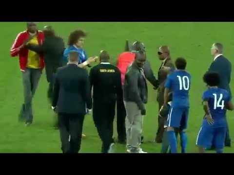 Neymar 'rescata' a niño de los guardias de seguridad del estadio