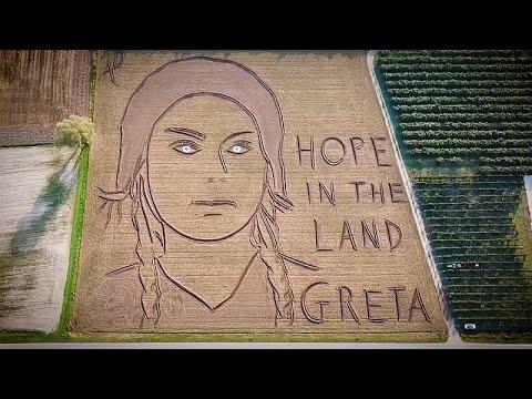 Greta Thunberg homenageada com retrato gigante no solo