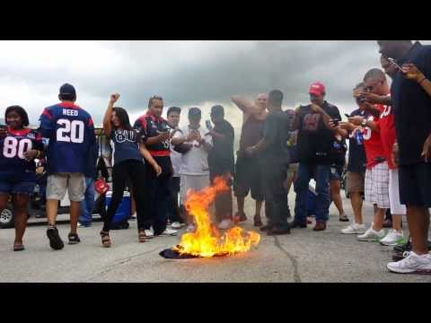 Texans Fans burn Schaub jersey (Uncensored)