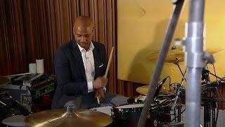 Humberto kruipt achter het drumstel van Kensington - RTL LATE NIGHT