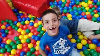 PALLE COLORATE E SCIVOLI PER BAMBINI - video divertenti per bambini