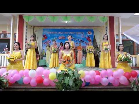 Tập thể giáo viên Trường mầm non Thuỵ Quỳnh múa hát mừng khai giảng 2013-2014