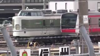 解体された車両が積み込まれ、E257系M-101編成が「踊り子」改造で入場中の、長野総合車両センター。