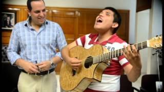 BONITO GESTO DEL ALCALDE DE AHOME AL REGALARLE UNA GUITARRA A JOVEN INVIDENTE