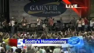 Josh Turner surprises Scotty McCreery on his stage