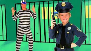 Полицейский Ева ловит воришку укравшего игрушки / A policeman catches a thief who stole a toy
