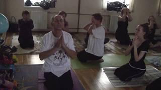 Урок йоги доктора Суреша Бабу в день его рождения