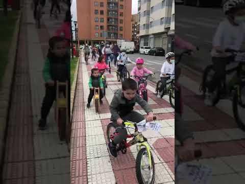 Los alumnos del Doce Linajes se mueven en bicicleta