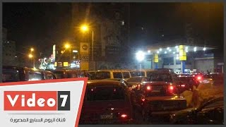تكدس السيارات أمام المحطات للتزود بالوقود قبل تطبيق التسعيرة الجديد بالمحلة