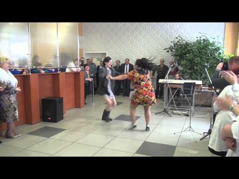 Певица Сиа (Sia Chandelier), девочка из клипа - Woman's Day