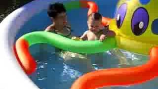 Janina im Pool mit Krake
