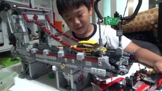 레고 슈퍼히어로즈 장난감을 불안불안하게 가지고 노는 아이의 모습