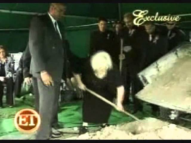 Anna Nicole smith\'s mother disrespects Anna at her own funeral